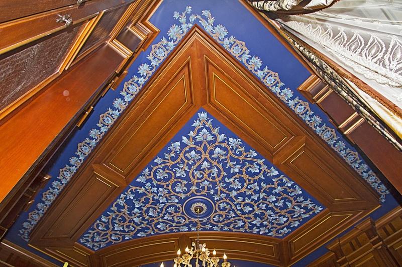 Потолок синий с орнаментом